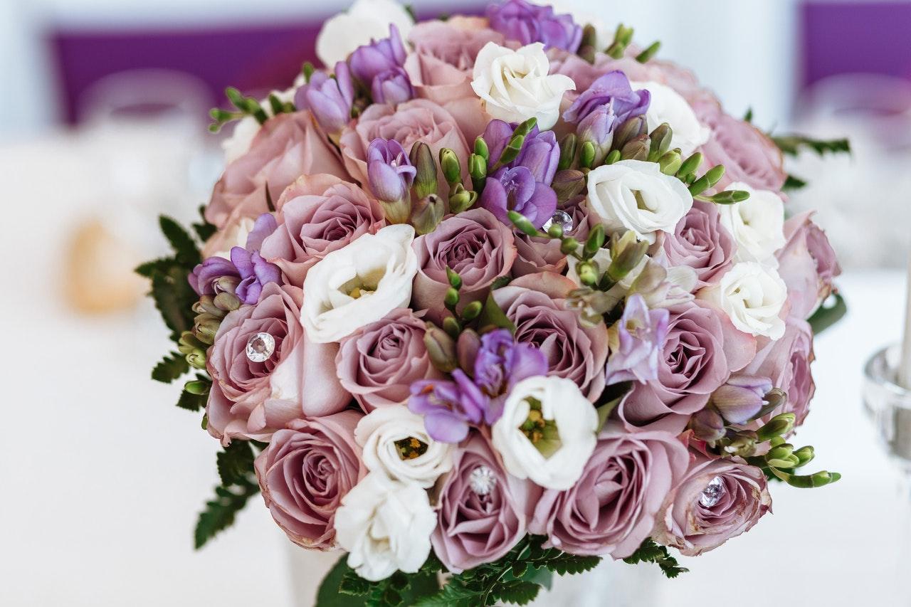 Porque dar flores para mulher é um ato de romantismo?
